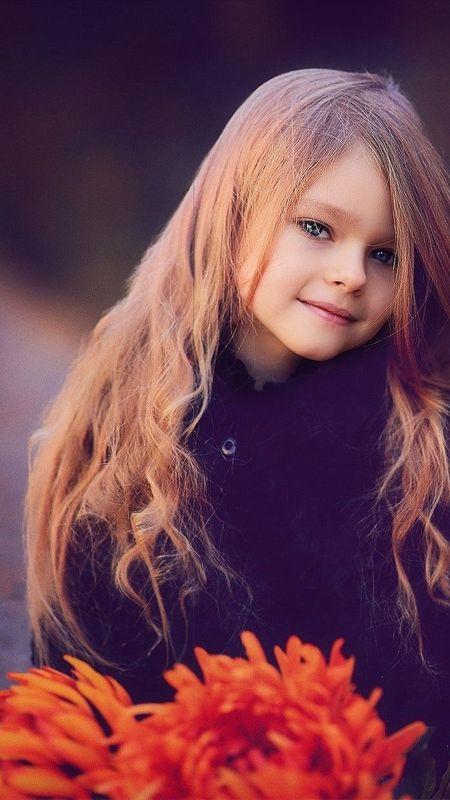 cute little girl with flowers Wallpaper