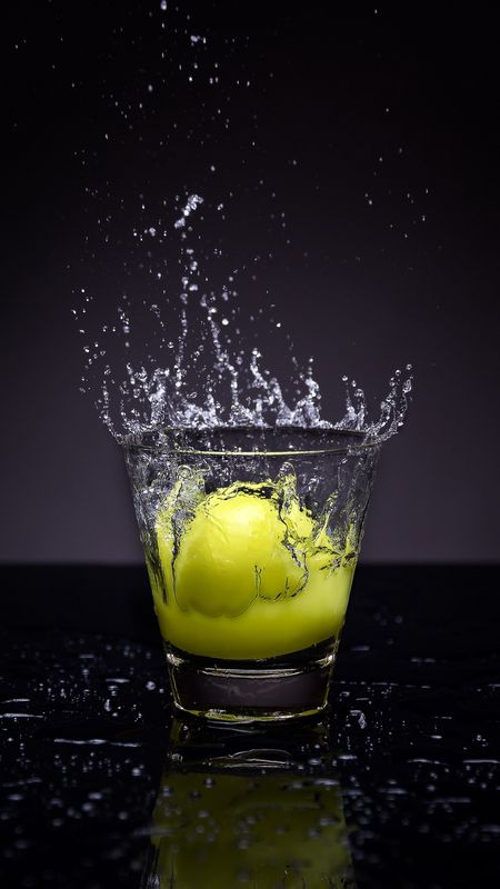 Lemon Splash in water Wallpaper